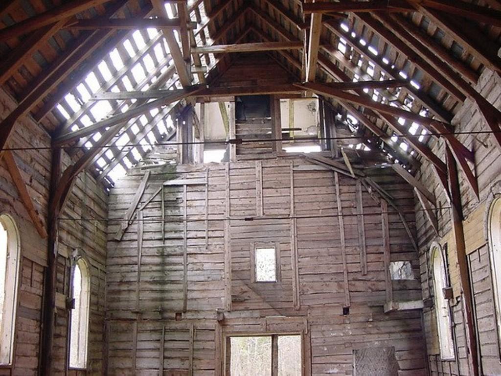 Naissaare kirik seest aastal 2000