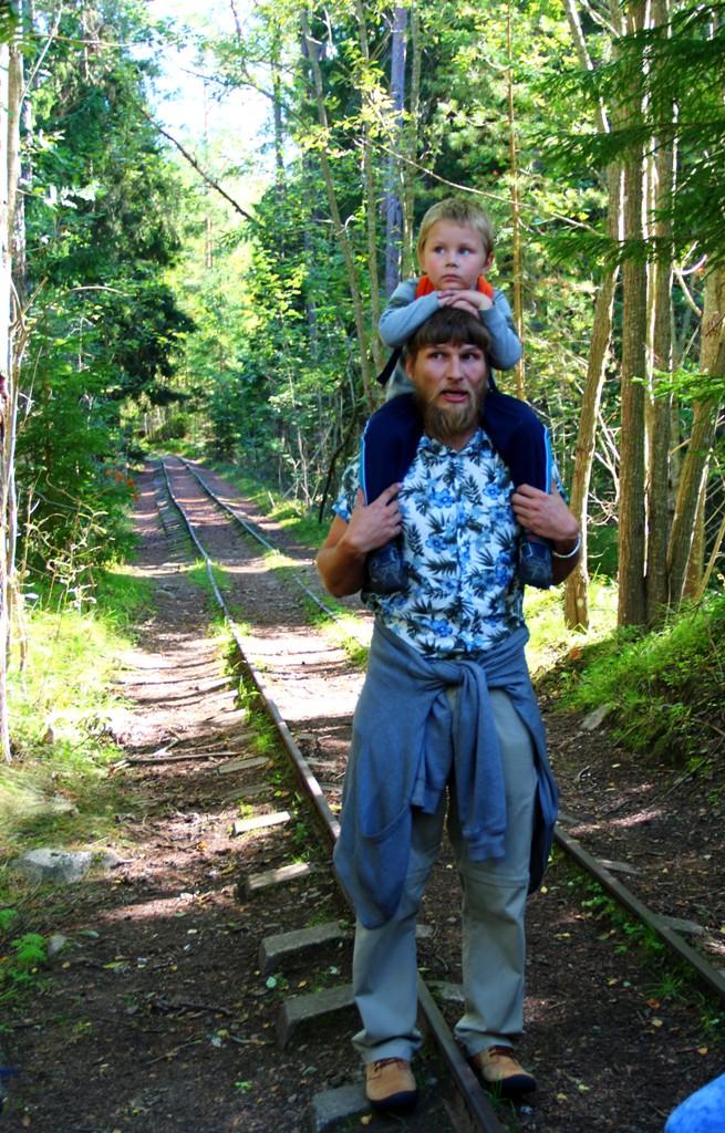 Igapäevaelu Naissaarel - püsielanik Andrus koos pojaga ekskursiooni läbi viimas